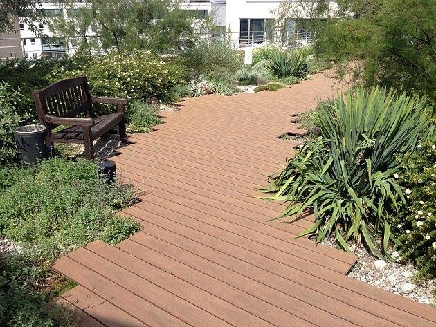 Oblíbenost bezúdržbových dřevoplastových teras na trhu potvrzuje i ocenění Grand Prix, které získal výrobce za návrh hnědých i žíhaných teras v barvě čokolády.