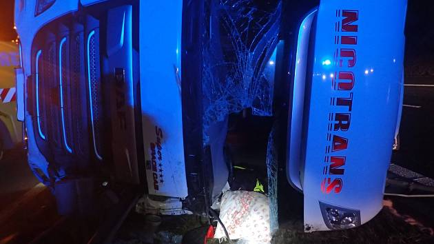 Převrácený kamion na dálnici D1 u Trhového Štěpánova.