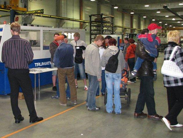 Lidé si prohlédli v Poříčí nad Sázavou novou výrobní halu firmy Kemper