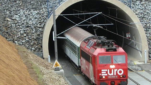 Dvousystémové lokomotivy řady 363 (max. r. 120 km/h) ani upravené 362 (max. r. 120 km/h) nové expresy nepotáhnou. Vozbu musí zajistit třísystémové lokomotivy nebo jednotky (3 kW stejnosměrný, 25 kW a 15 kW střídavý proud, 50 Hz) s rychlostí 160 km/h.