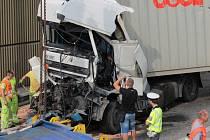 Srážka dvou kamionů a dvou nákladních aut blokovala zcela provoz na dálnici D1 ve směru na Brno pět hodin. Pak byl ve zhruba  8.20 uvolněný levý jízdní pruh.