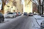 Ulice Na Karlově je ráno a odpoledne plná aut lidí, kteří tu nebydlí. Vozí tam děti do mateřinky či základní školy. To se brzy změní.