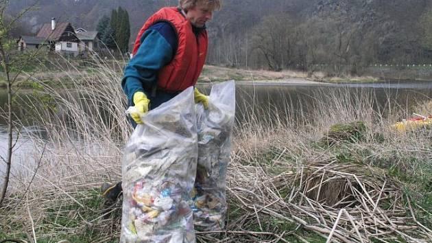 Dobrovolníci odváží také tuny odpadků po nezodpovědných chatařích a rybářích