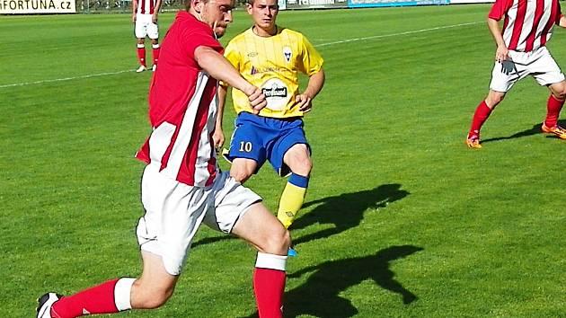 Fotbalisté Benešova (ve žlutém Martin Turek) prohráli na závěr ČFL s Jirny 0:2.