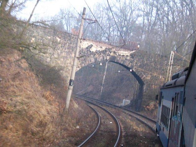Kamenný most mezi výhybnou Bedrč a Mrač zmizí koncem dubna