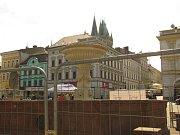 Oplocení kašny na Karlově náměstí v Kolíně.