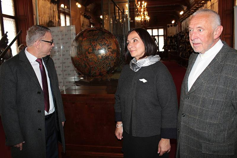 Ze slavnostního představení renesančního štítu vráceného z USA ve zbrojnici na zámku Konopiště.