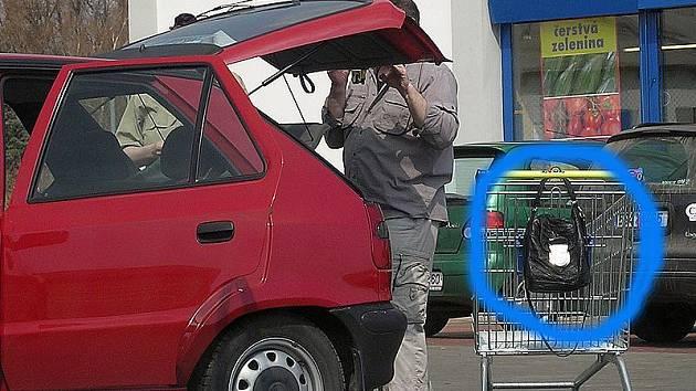 Taška zavěšená na nákupním vozíku - lákadlo pro zloděje. Ilustrační foto.