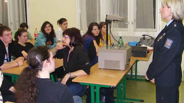 Tisková mluvčí benešovské policie Zuzana Stránská při besedě se studenty.