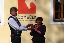 Pavla Homolková převzala plaketu Hvězdy  za katedrou při příležitosti Dne učitelů.