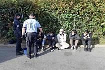 Migranti přicestovali na korbě kamionu, policie je zadržela v Říčanech.