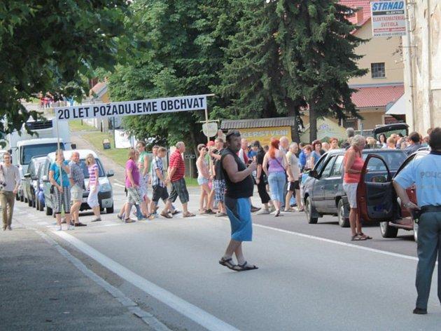 Protesty proti odsouvání řešení problému s hustou dopravou uprostřed vsi, blokáda silnice E55 se konaly v roce 2014.