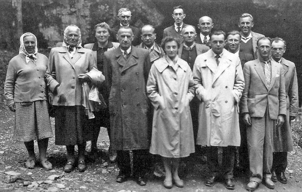 Fotografie mužů a žen, členů Jednotného zemědělského družstva Ostředek, stojících na dně propasti Macocha, vznikla podle oblečení nejspíš na jaře nebo na podzim.