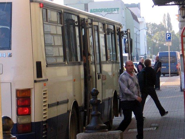 Od pondělí budou autobusy směr Praha odjíždět od benešovského nádraží okolo města ulicemi Táborská, Hráského, Na Chmelnici, Vlašimská, Čechova, Nová Pražská, Červené Vršky.
