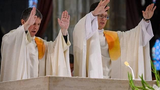 Kněžské svěcení Roberta Benno Štěpánka (vlevo) a Miroslava Auxta.