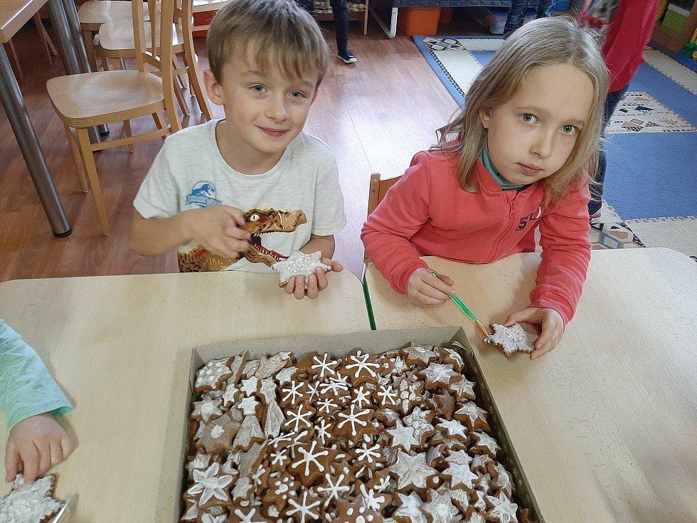 Pečení perníkových hvězdiček v družině ZŠ Jiráskova v Benešově.