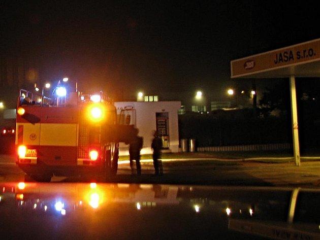 Požár skladu pneumatik firmy Jasa v Benešově.