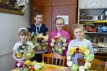 První dubnovou středu se děti sešly v Domě dětí a mládeže Benešov, aby si vyrobily jarní věnce na dveře.