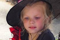 Čarodějné odpoledne zažily děti z Mateřské školky Sázava. Na zahradě školky se to po sedmnácté hodině hemžilo čarodějnicemi a čaroději plnící různé úkoly, které si na ně nachystaly paní učitelky, též oděny do čarodějnického šatu.