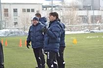 Trenér Vlašimi Daniel Šmejkal dohlíží na přípravu svého týmu.