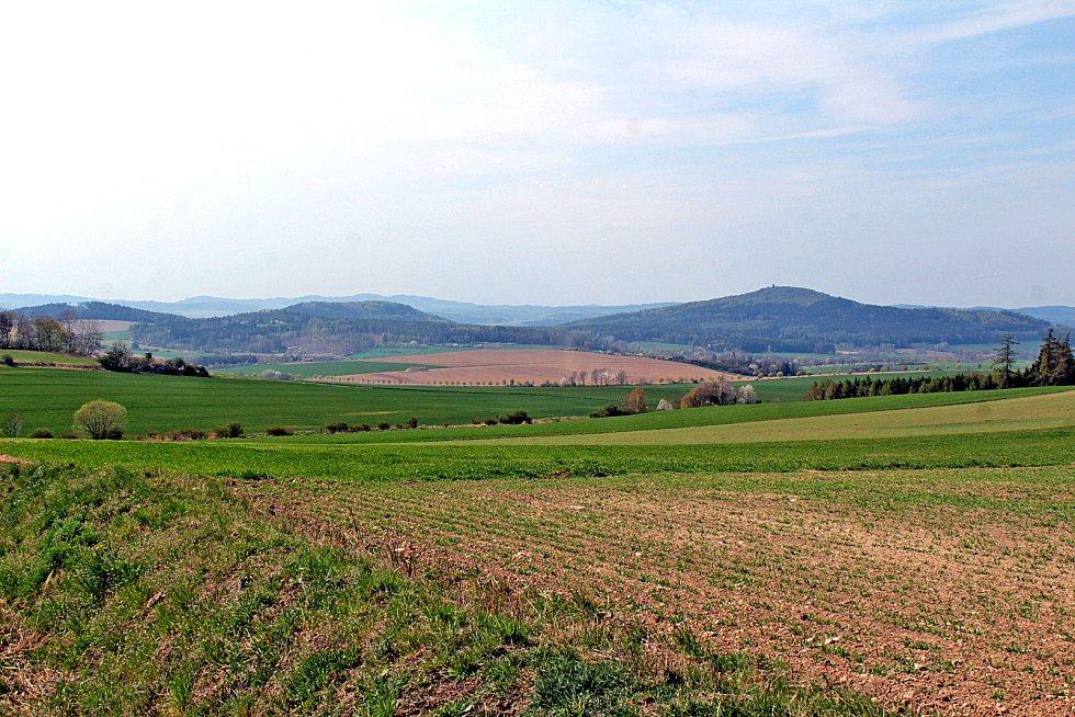 Malý a Velký Blaník při pohledu od Bukové nedaleko Načeradce.