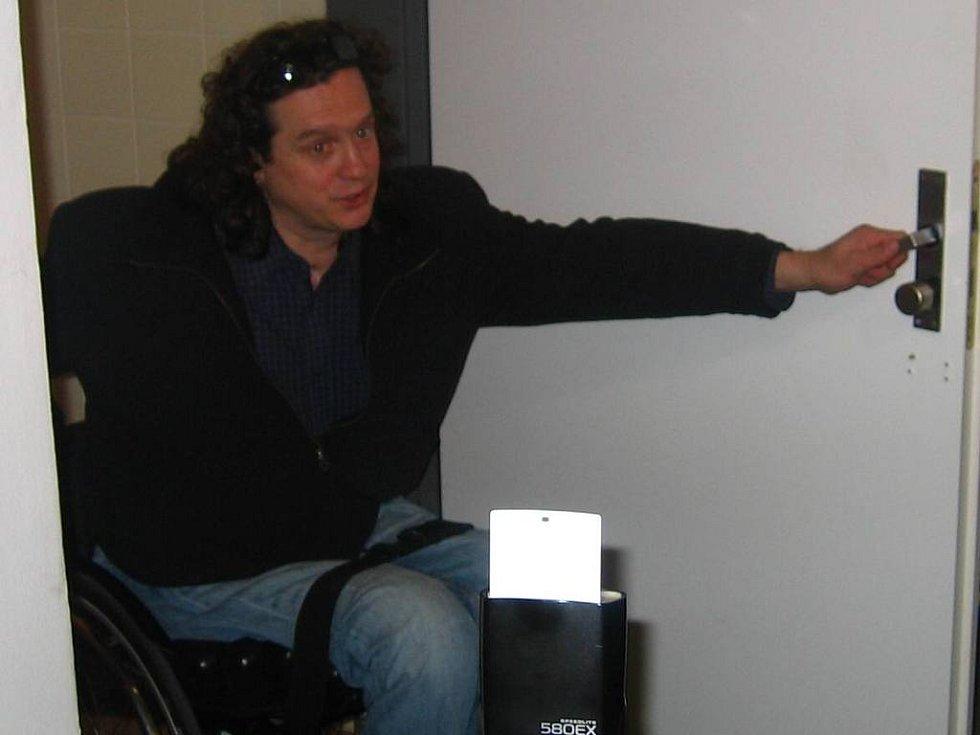 Jan Potměšil si vstup na strančické záchodky vyzkoušel na vlastní kolečka