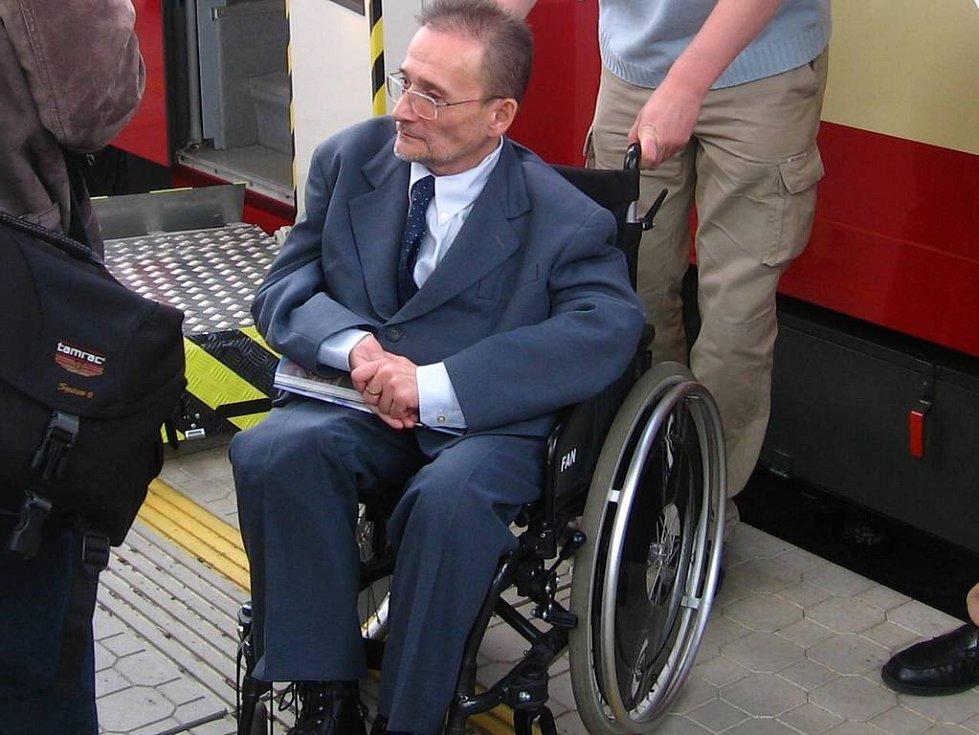 Předseda národní rady zdravotně postižených Václav Krása upozorňoval na zbytečné překážky pro vozíčkáře vloni v Benešově