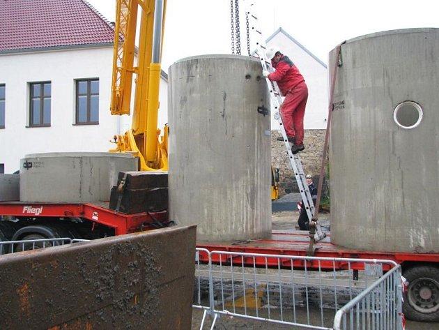 Pro uložení přečerpávacích jímek, betonových válců o hmotnosti deseti tun, přijel do osady speciální jeřáb schopný unést až sedmdesát tun