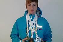 Třináctiletý Radek Procházka z Benešova, jinak hokejista Sparty Praha, pózuje se třemi medailemi ze závodů rychlobruslení na VI. Hrách Olympiády dětí a mládeže.