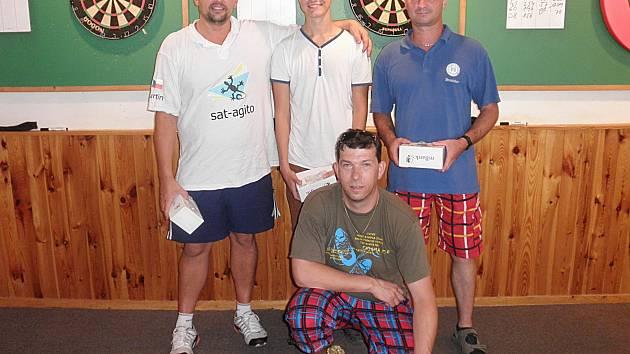 Nejlepší jednotlivci Mezihoří Open. Zleva: třetí Martin Popelka, druhý Pavel Korda a čtvrtý Bronislav Útrata, klečí vítěz Daniel Záruba.
