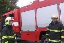 Zasahující hasiči po průzkumu zjistili, že se k hnízdu bodavého hmyzu v krovu mezi třídou a půdou nedostanou