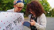 Martina (blond) a Marika při natáčení klipu v RÚ Kladruby.