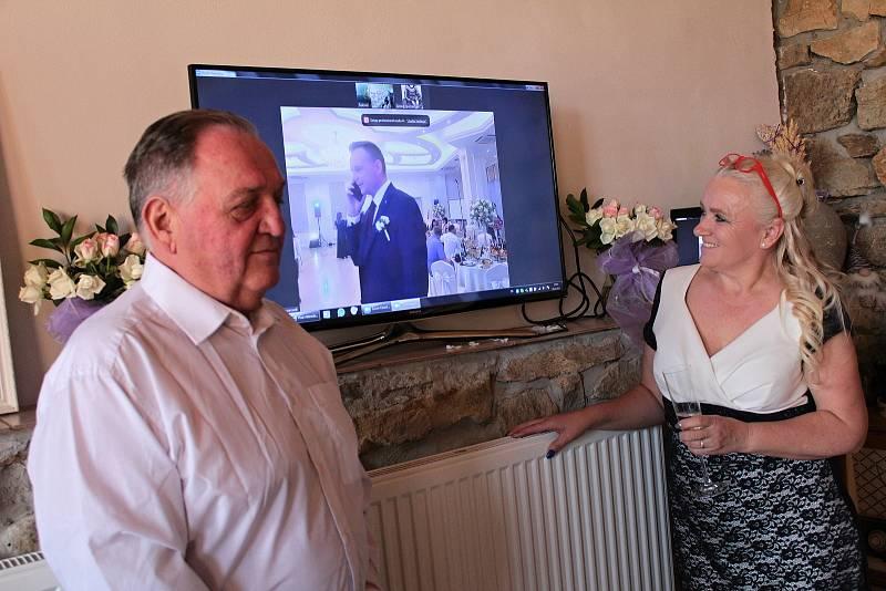Svatební hostina novomanželů Michala a Světlany Šulcových se konala v jeden okamžik na dvou místech vzdálených od sebe přes dva tisíce kilometrů. Rodiče ženicha, Milan a Jitka Šulcovi.