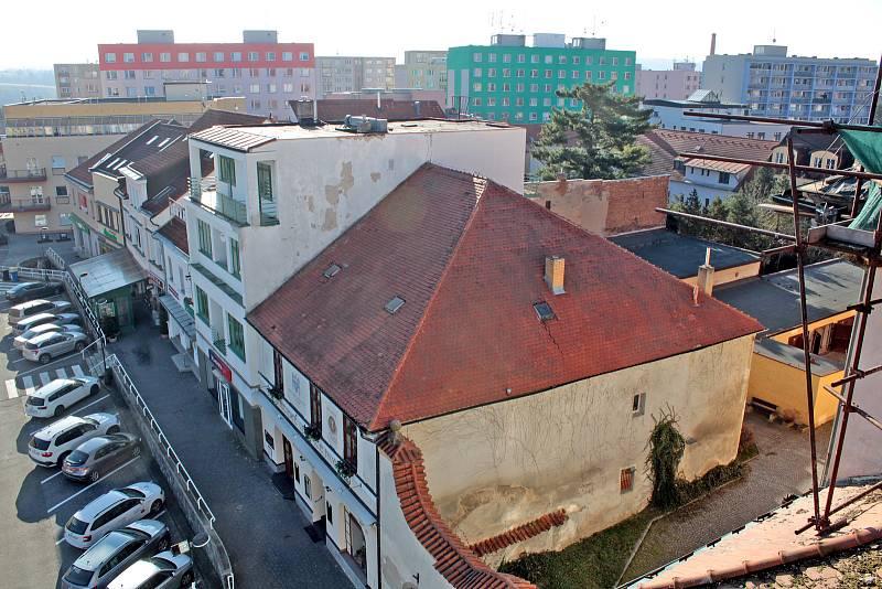 Benešov při pohledu ze střechy kostela sv. Anny - objekt restaurace U Zlaté hvězdy na jižní části náměstí.