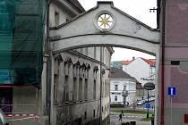 Symbol Benešova, zlatá sternberská hvězda, je umístěna i na výjezdu z centrálního Masarykova náměstí.