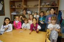 Výroba dárku pro maminku ke Dni matek v Domě dětí a mládeže v Benešově.