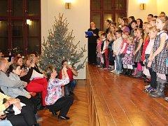 Jedna z částí obrovského koncertu plného koled se konala také v aule Gymnázia Benešov
