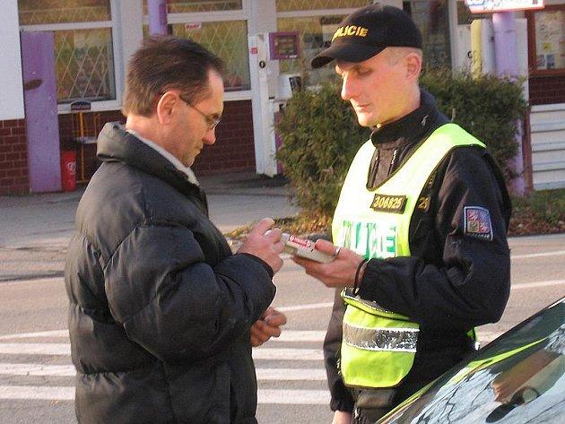 Většinu silničních kontrol provází dechová zkouška na alkohol, v případě podezření i test na návykové látky.