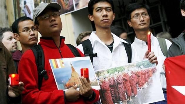 Demonstrace v Praze na podporu politických svobod v Barmě