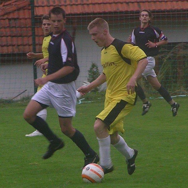 Pavel Sedláček (ve žlutém), který je na zkoušce ve Vlašimi, se v zápase s Benešovem střelecky neprosadil