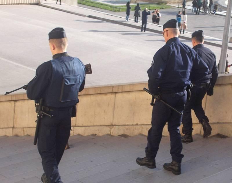 Policisté v Paříži.