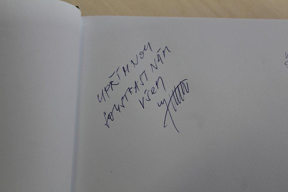 Kondolenční knihu najdou obyvatelé Benešova v KIC na Masarykově náměstí. První upřímnou soustrast zapsal do knihy starosta Benešova Jaroslav Hlavnička.