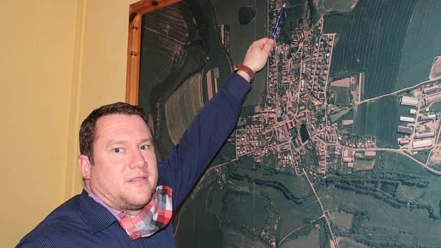 Starosta Louňovic pod Blaníkem Václav Fejtek u leteckého snímku městyse.