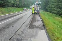 Takzvaný asfaltový mikrokoberec na silnici I/3 u Miličína.