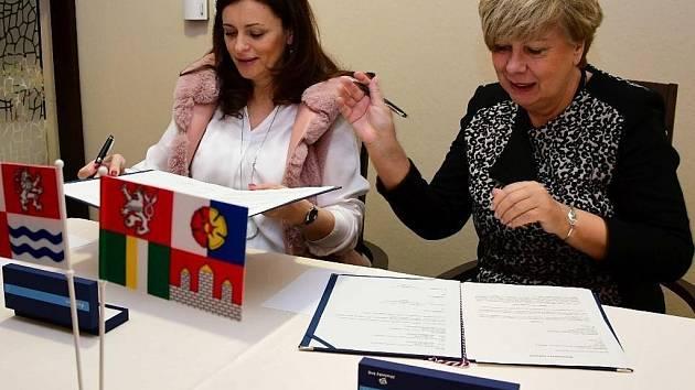 Hejtmanky Jaroslava Pokorná Jermanová a Ivana Stráská při podpisu memoranda.