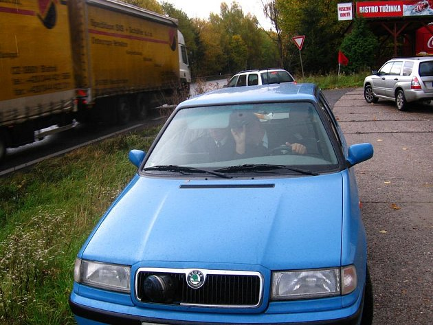 Policejní auto s radarem na hlavní silnici u Tužinky