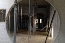 Rozestavěné vstupní prostory vznikající Vodního domu v Hulicích jsou kopii vodního přivaděče.