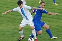 David Hlava (v modrém doráží na Miroslava Podhorského) kapitán Hvozdnice, rozhodl po přestávce o výhře svého týmu.