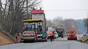 Dokončování stavby okružní křižovatky na silnici I/3 v Benešově.