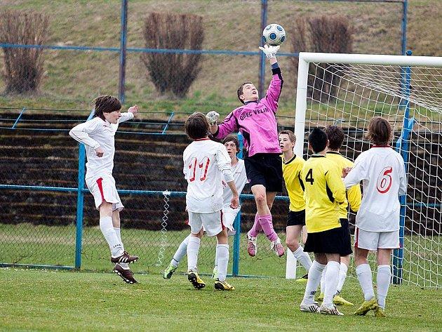 Velimský gólman zasahoval míč před nájezdem benešovských starších žáků.